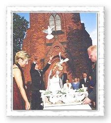 Unsere Hochzeitstauben beim Auflass vor der Kirche