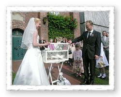 Bild zum Ablauf - Brautpaar öffnet den Taubenkorb mit Tauben zur Hochzeit