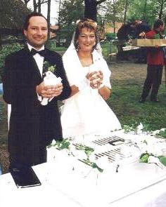 Bild zur Seite Preis - Brautpaar hält Tauben in der Hand
